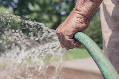 Организовать полив на даче своими руками