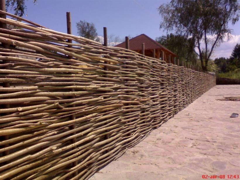 Плетеные заборы для дачи
